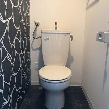 壁紙がおしゃれで居心地の良いトイレに♪