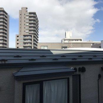 バルコニーからの景色。建物が多いかな〜