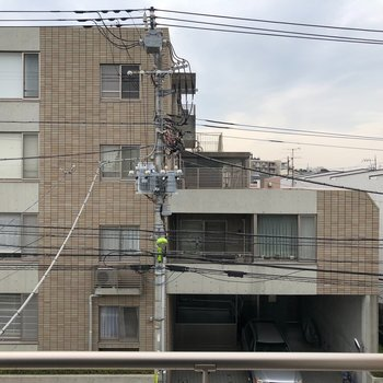 眺めは道を挟んでマンションビュー