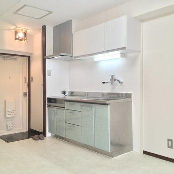 キッチンはこちら。右側に冷蔵庫も置けますよん