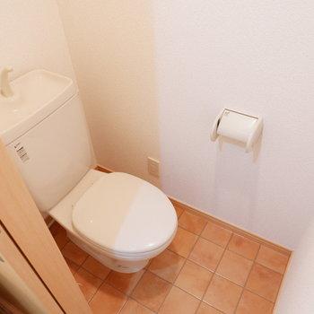 トイレはタイル調に。