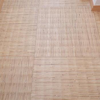 キッチン・廊下の床は和モダンテイストに。