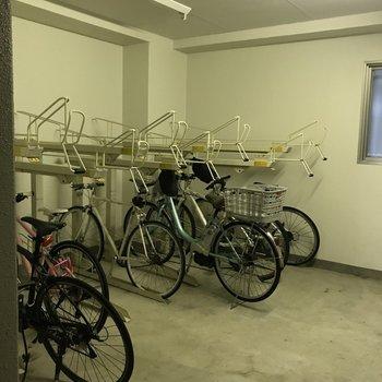 1階には室内自転車置き場がありました。晴れた日にはサイクリングに出かけたいですね。