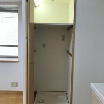 洗濯機置場はキッチンの隣にあります。扉がついているのでお部屋の中でも目立ちませんよ。