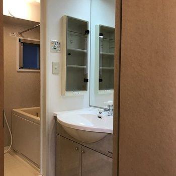 洗面台は鏡が大きいのが嬉しいポイント。