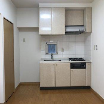 キッチンは居室の端っこにあります。