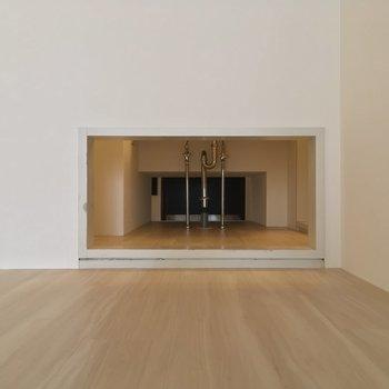 ちなみに居室から見えたこの穴は玄関まで繋がっているんですよ〜