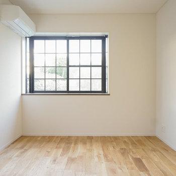 【別部屋】柔らかい光の入る寝室です