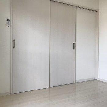 引き戸を開けると洋室があります。