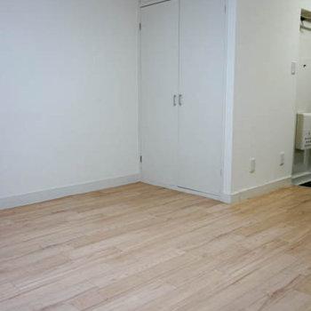 窓側から。白い床がナチュラルな雰囲気※写真は前回募集時のものです