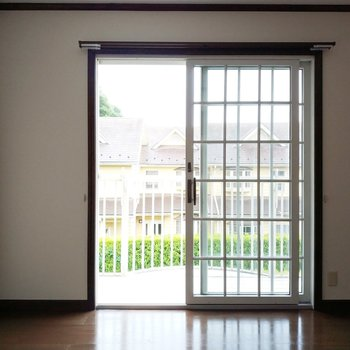 窓の可愛い5帖の洋室へ!