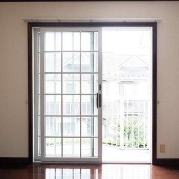 【5帖洋室】各部屋窓あって陽の光が入ります。
