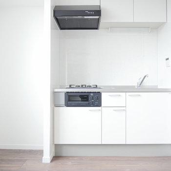 キッチン。左手には冷蔵庫を。