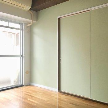 反対側の壁は薄いグリーンカラー。