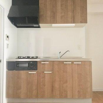 キッチンは木目調の柄。