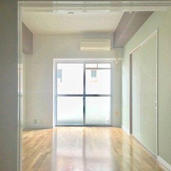 玄関側からお部屋を見るとこんな感じです。