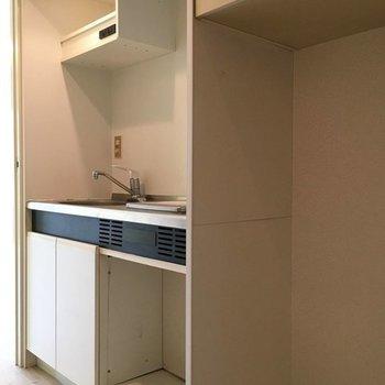 キッチンはコンパクト。※写真は3階の同間取り別部屋です