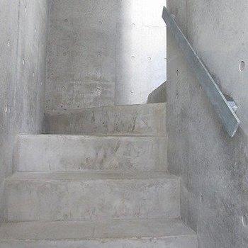 共有部の階段もきれいです。※掲載写真は同間取り別部屋のものとなります。