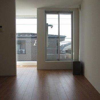 窓が大きくて魅力的。※掲載写真は同間取り別部屋のものとなります。