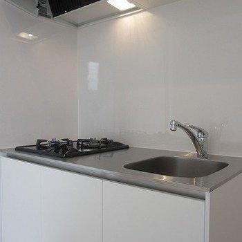 2口コンロのキッチン。※掲載写真は同間取り別部屋のものとなります。