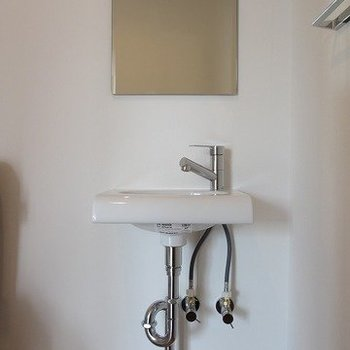 かわいらしいコンパクトな独立洗面台。※掲載写真は同間取り別部屋のものとなります。