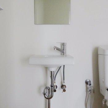 小さめの洗面台※掲載写真は同間取り別部屋のものとなります。