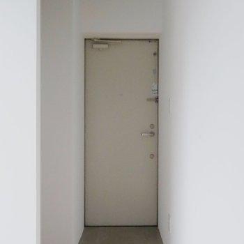 フラットに続くので玄関マットを敷くなどしましょう※掲載写真は同間取り別部屋のものとなります。