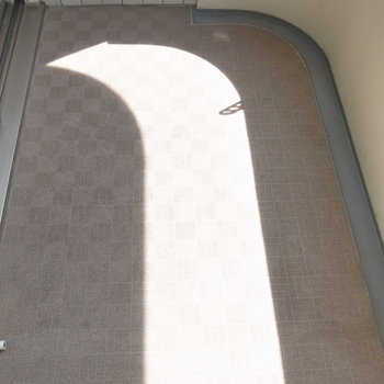 ベランダはすこし狭め。ただエアコンの室外機が頭上に設置されているから、使いやすいです。(※写真は11階の同間取り角部屋のものです)