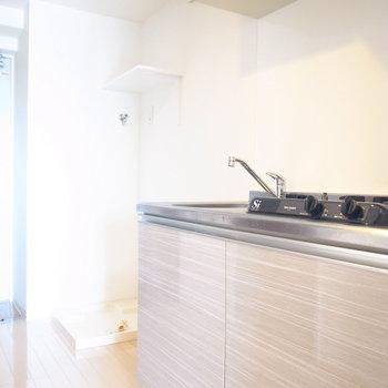 キッチンのとなりに冷蔵庫、さらにそのとなりに洗濯機を置けます。(※写真は11階の同間取り角部屋のものです)