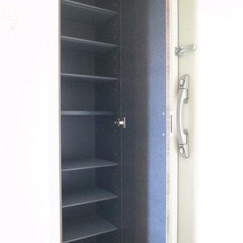 シューズボックスは容量たっぷり。(※写真は11階の同間取り角部屋のものです)
