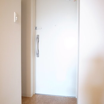 ちいさめの玄関です。(※写真は11階の同間取り角部屋のものです)