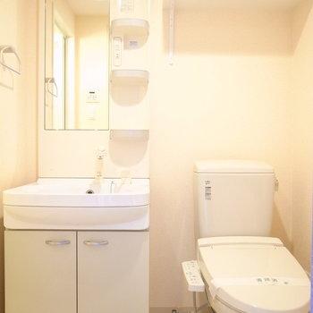 洗面台とトイレがとなり同士に。トレイレットペーパー置き場があります。(※写真は11階の同間取り角部屋のものです)