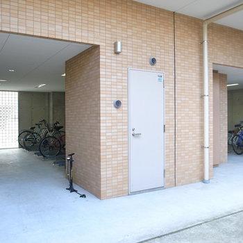 【共用部】駐輪場はマンションの裏手に。複数のブロックに別れています。