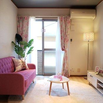 お部屋の照明は明るさが調節可能です。*家具はサンプルになります。
