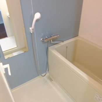 爽やかなブルーのバスルーム。