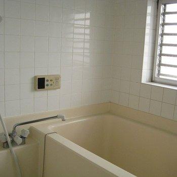 お風呂は窓付き!(写真は同じ建物の別部屋です。間取りは同じ。)