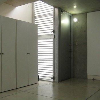 大きめの収納スペースもちらほら。(写真は同じ建物の別部屋です。間取りは同じ。)