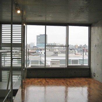 開放感あふれる最上階。(写真は同じ建物の別部屋です。間取りは同じ。)