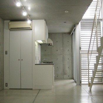 玄関に入るとこんな感じ。(写真は同じ建物の別部屋です。間取りは同じ。)