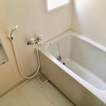 お風呂には窓もあって明るい!親子で楽しげに入る姿が目に浮かぶなぁ。