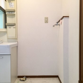 洗面台よこに洗濯機は置けそうです!