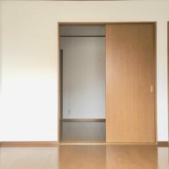 こちらは6帖の洋室。4.5帖の洋室からも出入り可◎