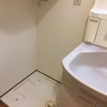 隣に洗濯機置けます。(※写真は9階の反転間取り別部屋のものです)