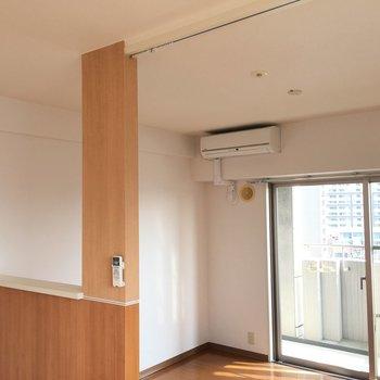 ここにカーテンをかけてゆるやかにお部屋を仕切れます。(※写真は9階の反転間取り別部屋のものです)