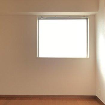窓が側面にもあるので明るいです。(※写真は9階の反転間取り別部屋のものです)