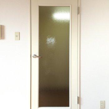 この扉は何だろう。(※写真は9階の反転間取り別部屋のものです)