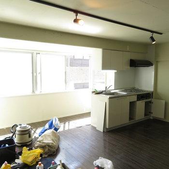 キッチンは外に向けてあります。※掲載写真は工事中のものです。