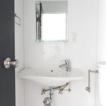 洗面台は手洗い場にも近いかも。※掲載写真は工事中のものです。