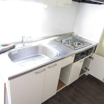キッチンは三口コンロ・グリル付き!※掲載写真は工事中のものです。