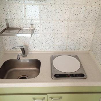 キッチンはミニマム。水玉タイルがかわいいです ※写真は別部屋です